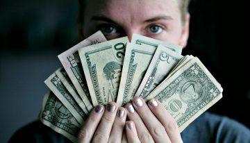 Правительство Чехии приняло решение повысить минимальную зарплату на 9,4%