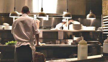 В Чехии острый дефицит официантов и поваров: трудовые мигранты могут спасти ситуацию